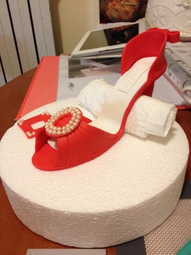 Torta fashion, torta bianca e rossa, torta con scarpa con tacco, scarpa tacco pdz