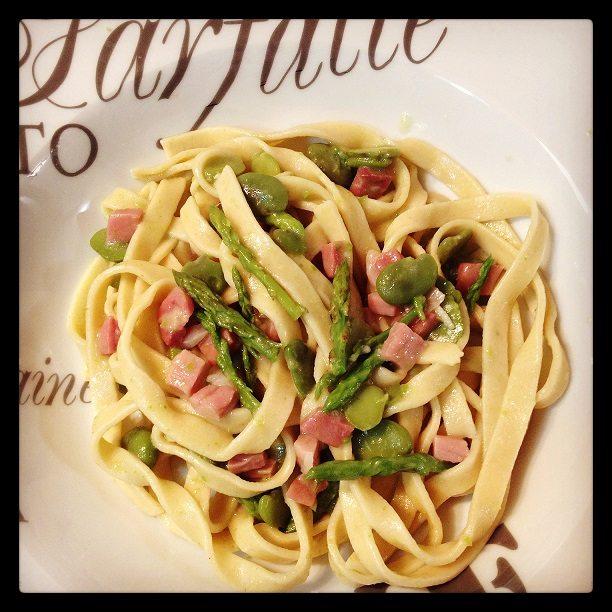 Tagliatelle con fave fresche, asparagi e speck