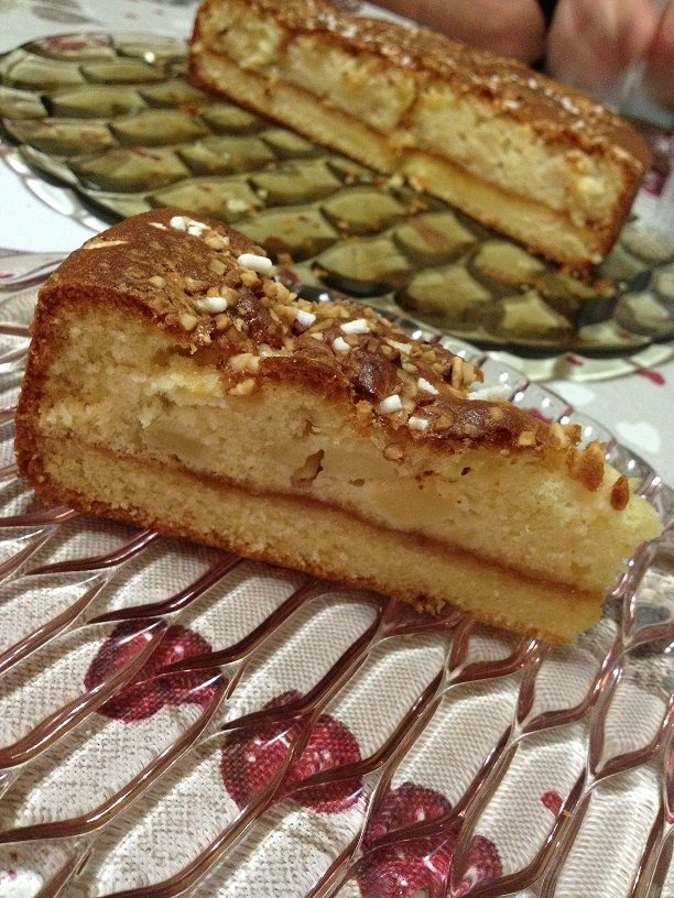 Crostata morbida alle mele farcita con confettura di albicocche